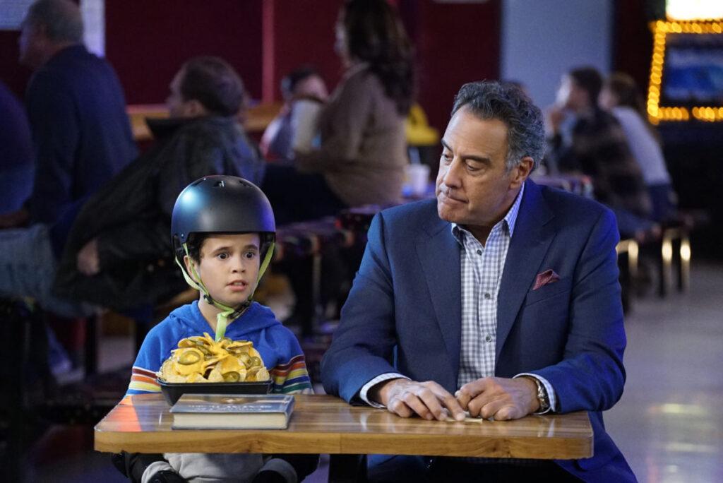 Graham vänder sig till Douglas för att få svar på svåra frågor i Single Parents. Foto: ABC/Kelsey McNeal