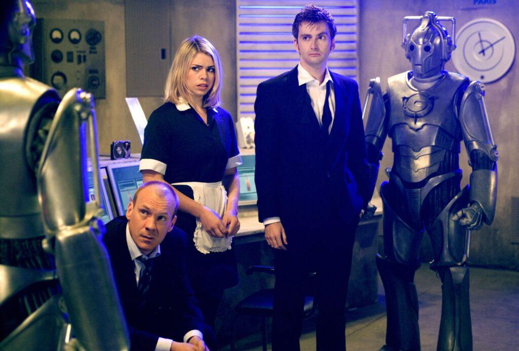 Rose och Doktorn hamnar i alternativa tidslinjer, och träffar Roses pappa.