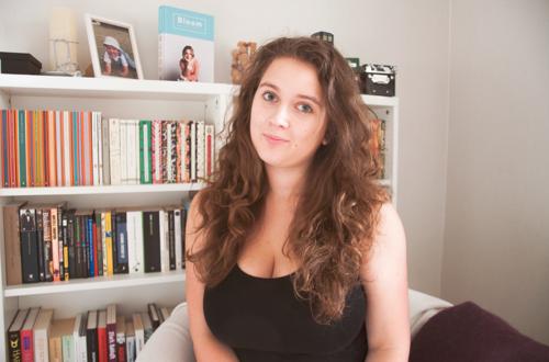 Karin framför en bokhylla